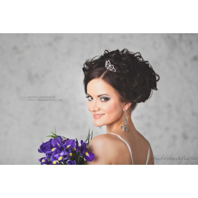 Свадебная прическа с диадемой на средние волосы